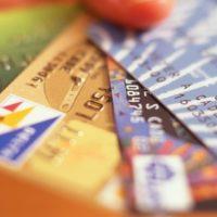 """На иллюстрации - процедура перевода средств с одной банковской карточки на другую в онлайн-сервисе """"Сбербанка""""."""