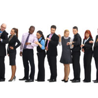 Основная иллюстрация к статье о зарплатных карточках, изображает очередь в бухгалтерию за зарплатой.
