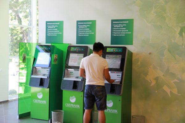 На иллюстрации - банкоматы и терминалы Сбербанка, с помощью которых также можно восстановить идентификационные данные для Сбербанк Онлайн.
