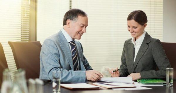 Подпись документов у сотрудника банка